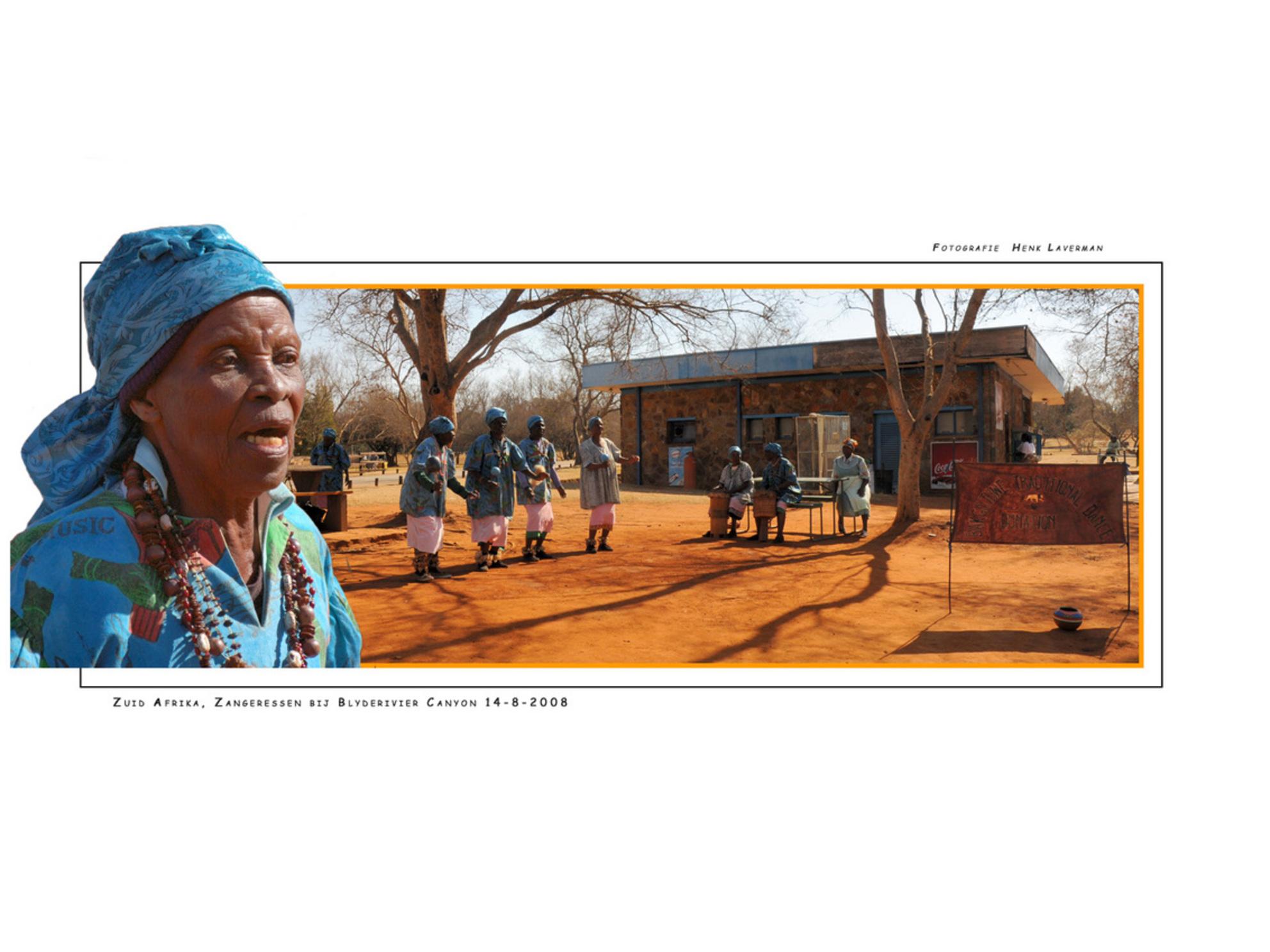 Afrikaanse zangeressen - Bij ons in Nederland zie je al gauw mensen op leeftijd achter de Geraniums zitten. Kennelijk is dat in Afrika geheel anders, daar treden ze met regel - foto door Henk Laverman op 15-05-2009 - deze foto bevat: natuur, safari, zuid, afrika, afrikaanse, canyon, vrouwen, geraniums, zangeressen, blyderivier - Deze foto mag gebruikt worden in een Zoom.nl publicatie