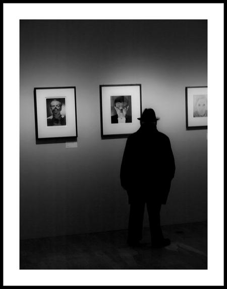 Straat 7 - wie kijkt naar wie??? parijs, jeu de paume.... - foto door bernhard48 op 03-02-2018 - deze foto bevat: man, parijs, museum, zwartwit, straatfotografie