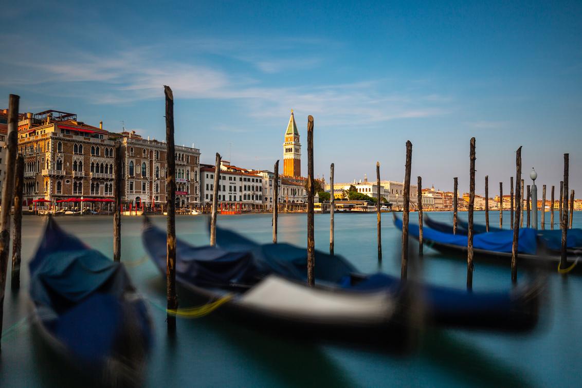 Gondels van Venetië - - - foto door Jheronimus op 25-10-2020 - deze foto bevat: uitzicht, zonsondergang, reizen, stad, venetie, italie, nd, lange sluitertijd, nd filter, long exposure, Big Stopper