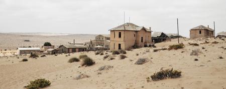 Ghost Town - Het spookstadje Kolmanskop midden in de Namibische woestijn. In 1954 werd het stadje definitief verlaten, omdat de diamantmijnen sloten. Sindsdien he - foto door Blackscorpion op 22-03-2013 - deze foto bevat: duinen, zand, stad, huizen, afrika, namibie, verlaten, leeg, woestijn, spookstad