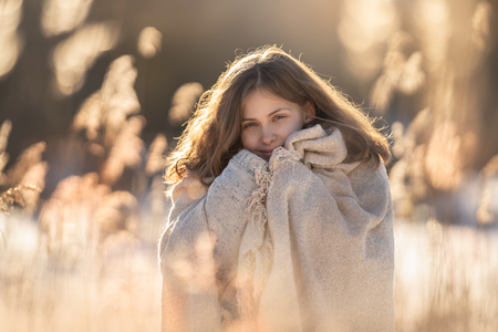 Winterportret - Heerlijk dat licht in de winter! - foto door BrendaRoos op 15-02-2021 - deze foto bevat: zon, licht, winter, portret, tegenlicht, daglicht, riet, koud, meisje, lief, beauty, kou, warm, closeup, warmte, winterzon, pluimen, fotoshoot, bokeh, winterlicht, winterportret
