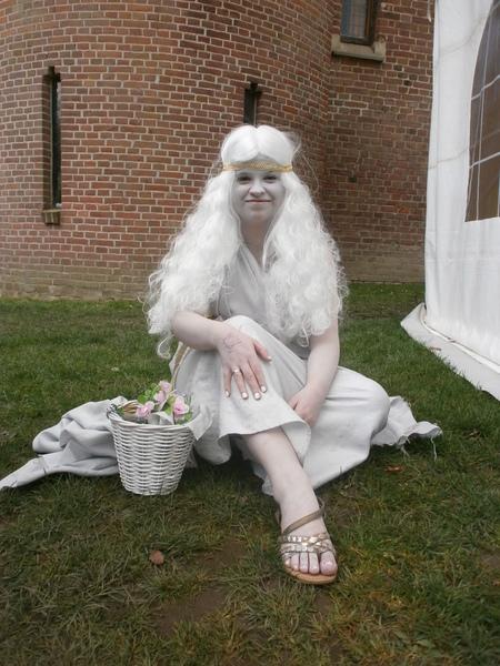Snow White?! - Ze zag wel érg bleekjes... - foto door CoonArt op 23-02-2019 - deze foto bevat: mensen, natuur, portret, reizen, wandelen, straatfotografie, fair, verkleed, reisfotografie, elf fantasy fair, Elfia