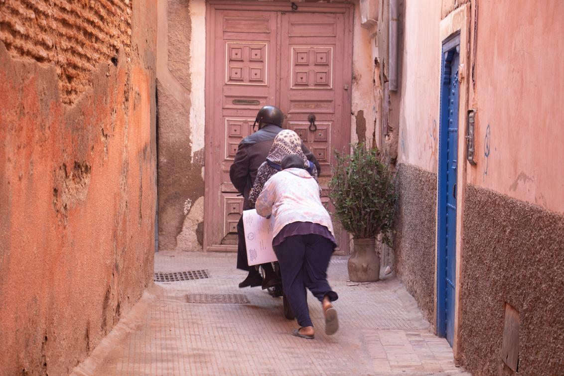 3 op een rij - Tsja, als je bromfiets niet wil starten, dan roep je de rest van de familie om je te duwen, toch? - foto door je.gabber op 23-01-2019 - deze foto bevat: steeg, bromfiets, marrakech