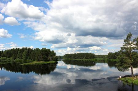 Zweden - Terug van een vakantie in Zweden. Wat ik erg mooi vond waren de reflecties die soms in de meren te zien waren. - foto door Erzanna op 22-07-2015 - deze foto bevat: lucht, wolken, uitzicht, water, natuur, reizen, landschap, zweden, toerisme, reisfotografie