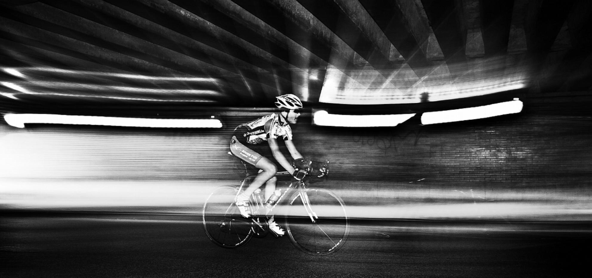 racer - Deze foto nam ik onder een brug vlak bij m'n vorige woonplaats Temse. De lijnen van de onderkant van de brug leken me ideaal om eens te experimentere - foto door stefaanwillaert op 10-09-2011 - deze foto bevat: fietser race renner inflitsen flits actie - Deze foto mag gebruikt worden in een Zoom.nl publicatie