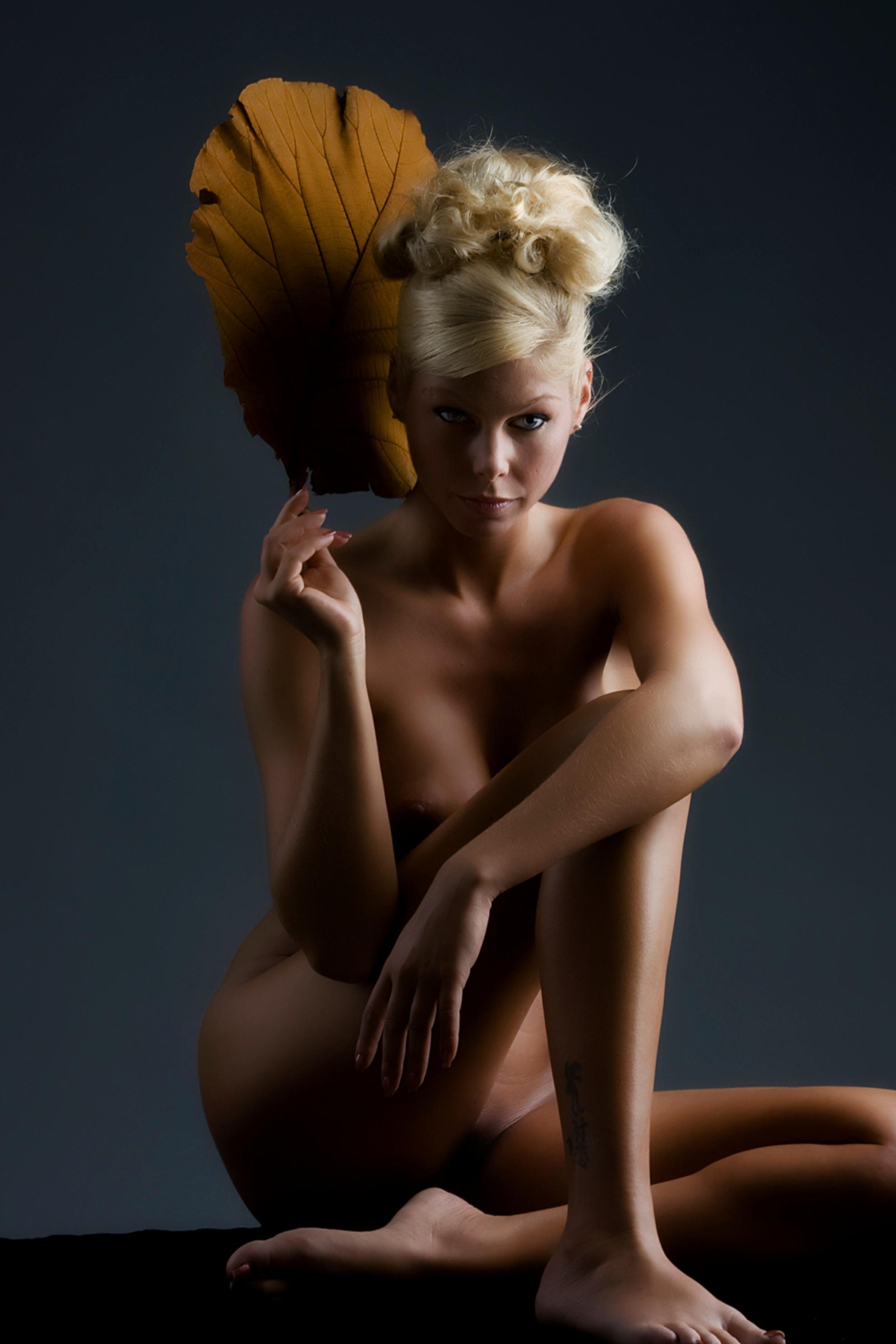 xxxxxxxxxxxxxxxxx - xxxxxxxxxxxxx - foto door boldy_zoom op 24-10-2008 - deze foto bevat: donker, handen, erotiek, mooi, naakt, jong, schoonheid, blond, nagels, lichaam, borsten, bloot, tepel, sexy, verlangen, onschuld - Deze foto mag gebruikt worden in een Zoom.nl publicatie