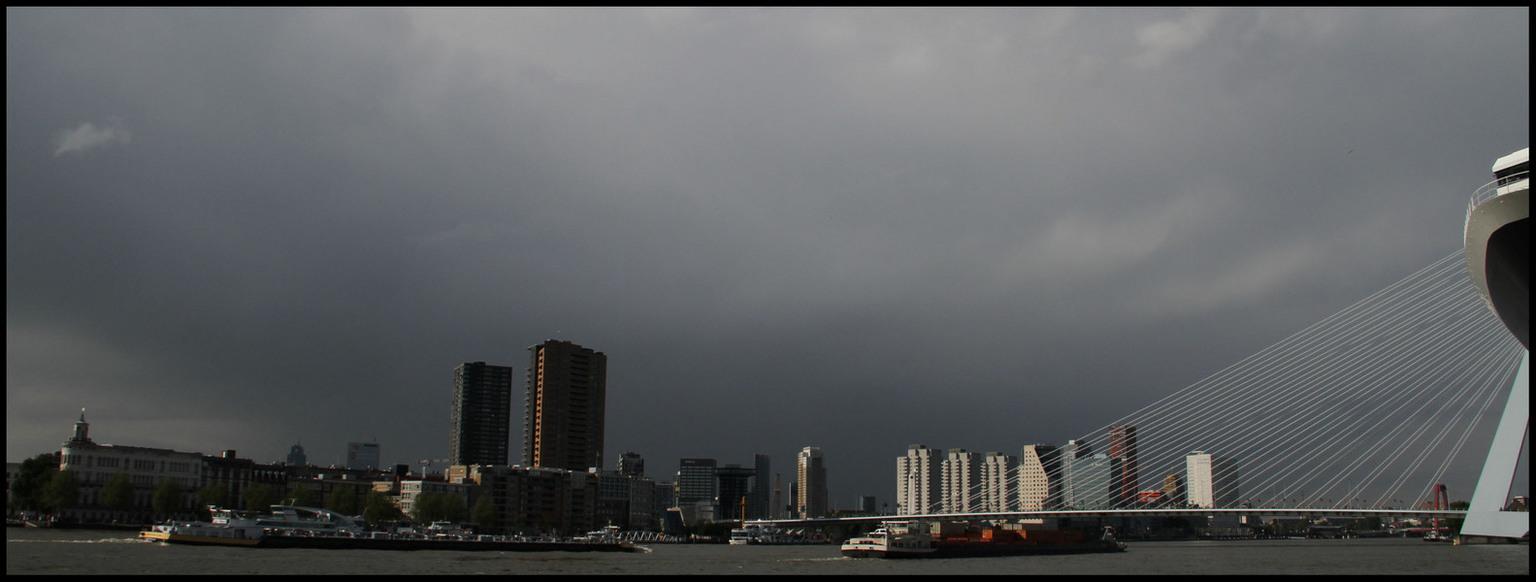 Rotterdam. - De foto is gemaakt bij het uitvaren van de Queen Mary II te Rotterdam. - foto door Anne_Timmermans op 31-05-2010 - deze foto bevat: rotterdam, Queen Mary 2