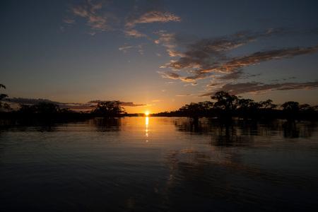Sunset Cuyabeno National Park (Ecuador) - Deze foto is gemaakt in het Cuyabeno National Park in het oosten van Ecuador. Ik maakte daar een 5 daagse trip door de jungle waar ik in aanraking kw - foto door TheoGalama op 16-12-2013 - deze foto bevat: zon, zonsondergang, landschap, ecuador, landschappen, theo, jungle, Theo Galama