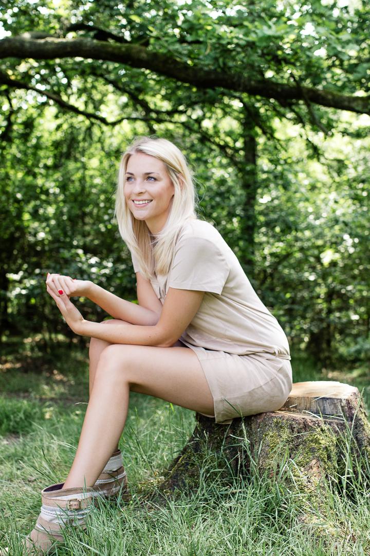 Zomers blond omgeven door groen - Portret van een jong volwassen vrouw, lachend, omringd met natuur en warmte. - foto door VeraVeer op 09-07-2015 - deze foto bevat: groen, mensen, natuur, licht, portret, model, zomer, daglicht, canon, lachen, art, fashion, meisje, lach, beauty, emotie, blond, mode, fotoshoot, 35mm