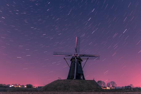 Startrails met een typisch Nederlands landschap