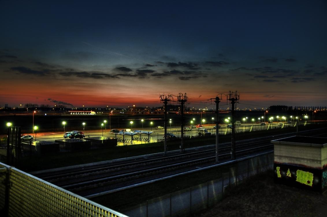 Station Lage Zwaluwe - Station Lage Zwaluwe in de schemer. Op de achtergrond is rijksweg A16 zichtbaar en daarachter industrieterrein Moerdijk.  Gr. Sander. - foto door esvede op 07-09-2009 - deze foto bevat: station, trein, moerdijk, hdr, Lage Zwaluwe