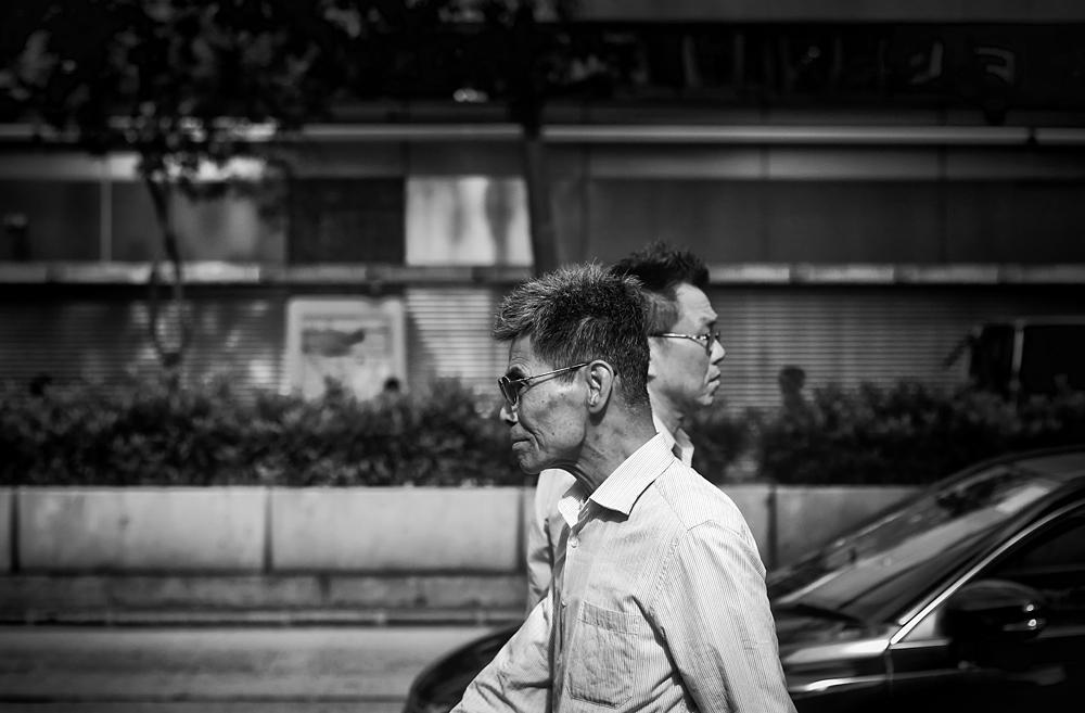 passers-by - - - foto door palac op 20-11-2017 - deze foto bevat: man, mensen, straat, bril, licht, stad, zwartwit, straatfotografie, centrum