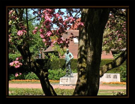 Bevrijding - In Meppel ligt het Wilhelminapark. Een van de mooiste parken in Nederland. Hierin ligt een tuin met een monument ter nagedachtenis van de slachtoffer - foto door daniel44 op 01-05-2007 - deze foto bevat: tuin, beeld, bloemen, monument, bloesem, hoop, bevrijding, daniel44, meppel, wilhelminapark