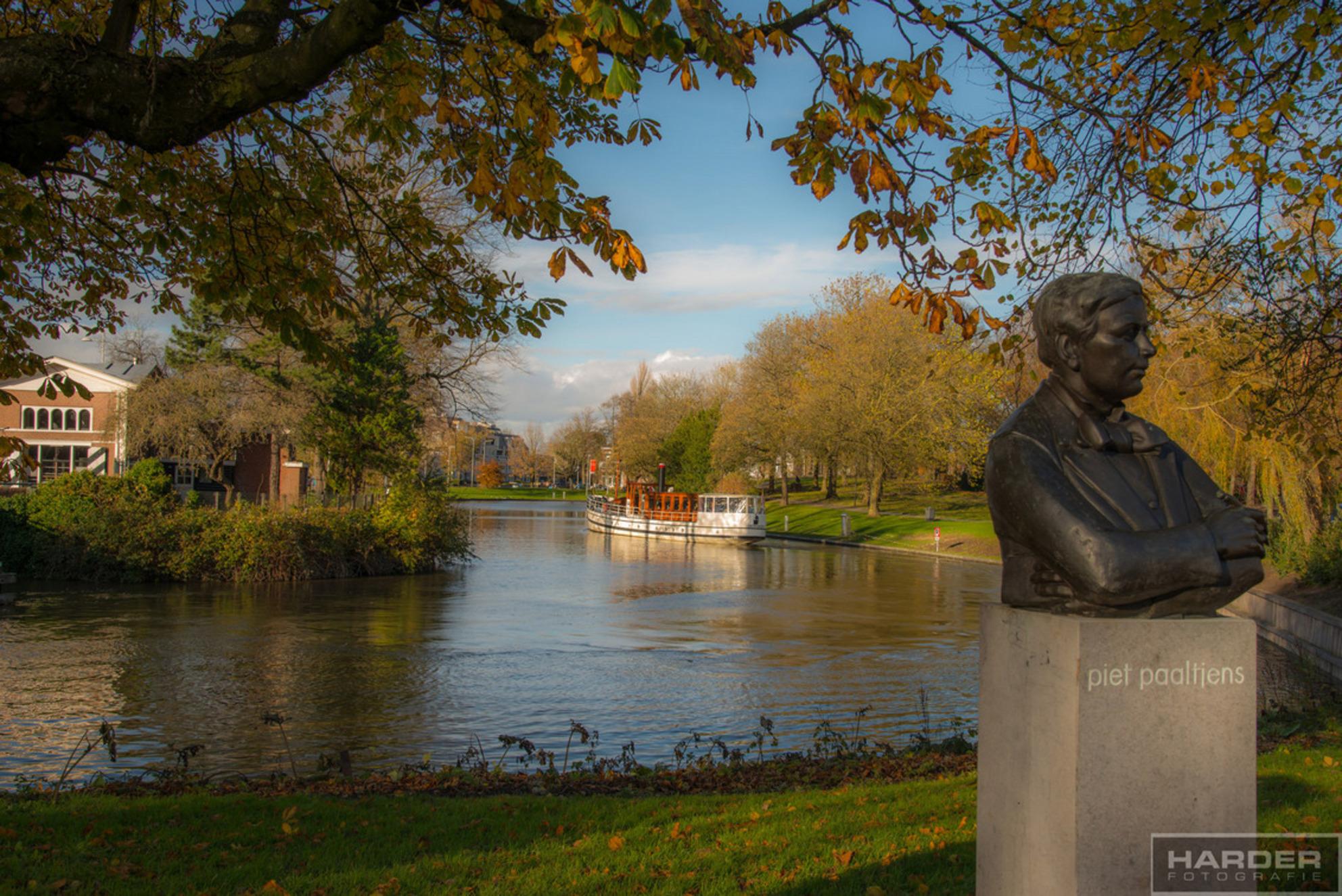 Piet Paaltjens - We vervolgen de tocht door Leeuwarden, aan de andere kant van de Vrouwenpoortsburg kwam ik het standbeeld van Piet Paaltjens tegen. Toevallig voer er - foto door deharder op 14-11-2013 - deze foto bevat: leeuwarden, piet paaltjens
