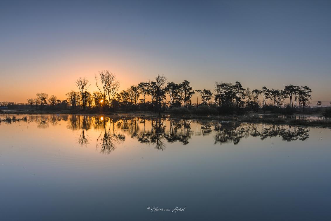 Zonsopkomst Gelderland - Het was een goede vrijdagochtend om vroeg op pad te gaan. Op een mooi plekje in Gelderland de zonsopkomst gefotografeerd. (02-04-2021) - foto door henrivanarkel op 02-04-2021 - deze foto bevat: water, natuur, spiegeling, landschap, zonsopkomst