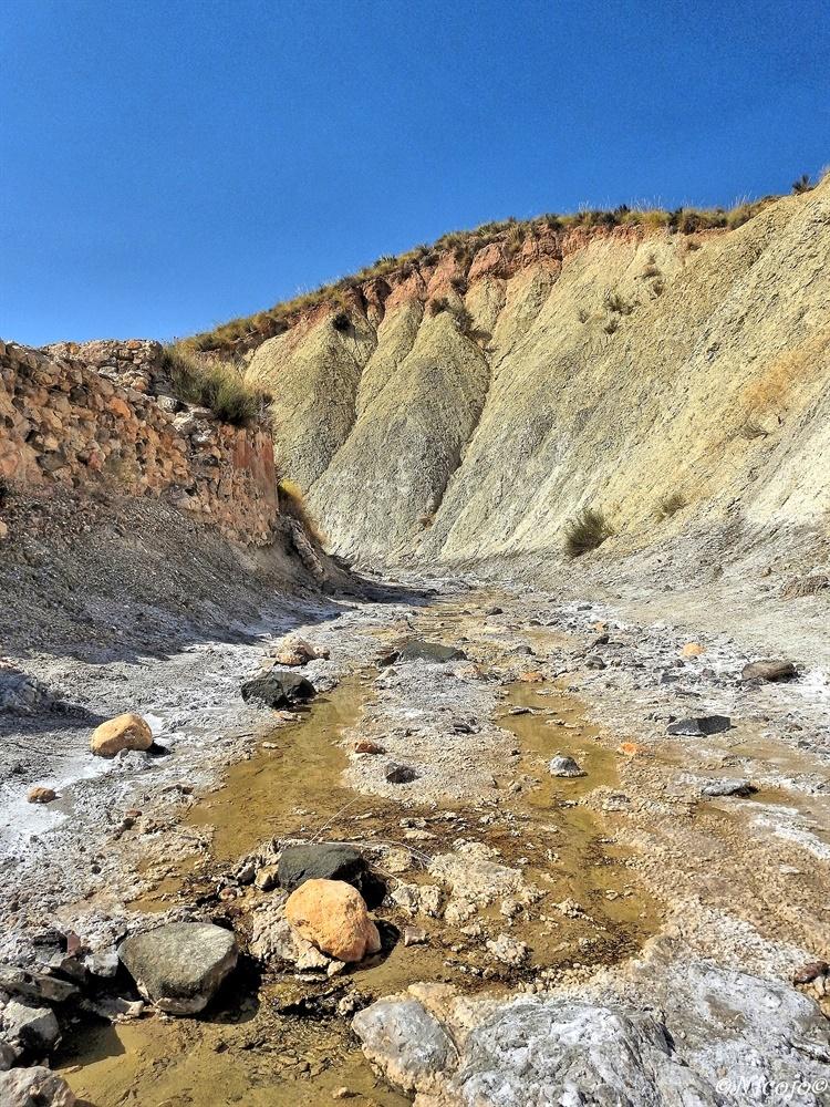 Steenzout. - Vroeger spoelde hier steenzout door het riviertje uit de berg naar beneden en werd in bekkens opgevangen,  in de zon verdampte het water waarna steen - foto door ocelot_zoom op 05-10-2020 - deze foto bevat: water, natuur, landschap, bergen, spanje, nicojo, steenzout