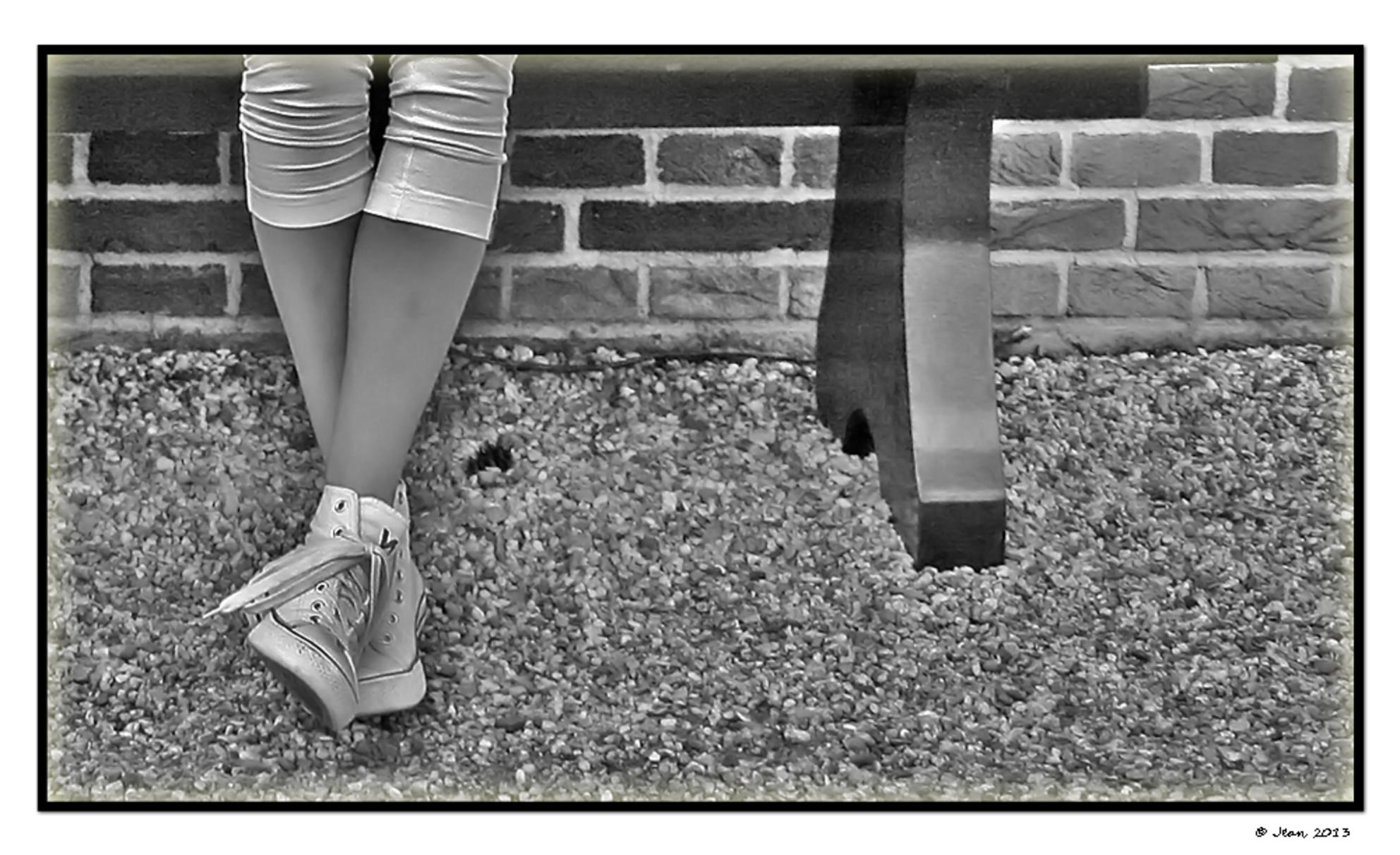 Relax. - .................. :):) - foto door Damarofoto op 25-03-2013 - deze foto bevat: licht, tuin, portret, beeld, schoen, schoenen, apeldoorn, benen, been, jean, zwart-wit, Paleis het Loo