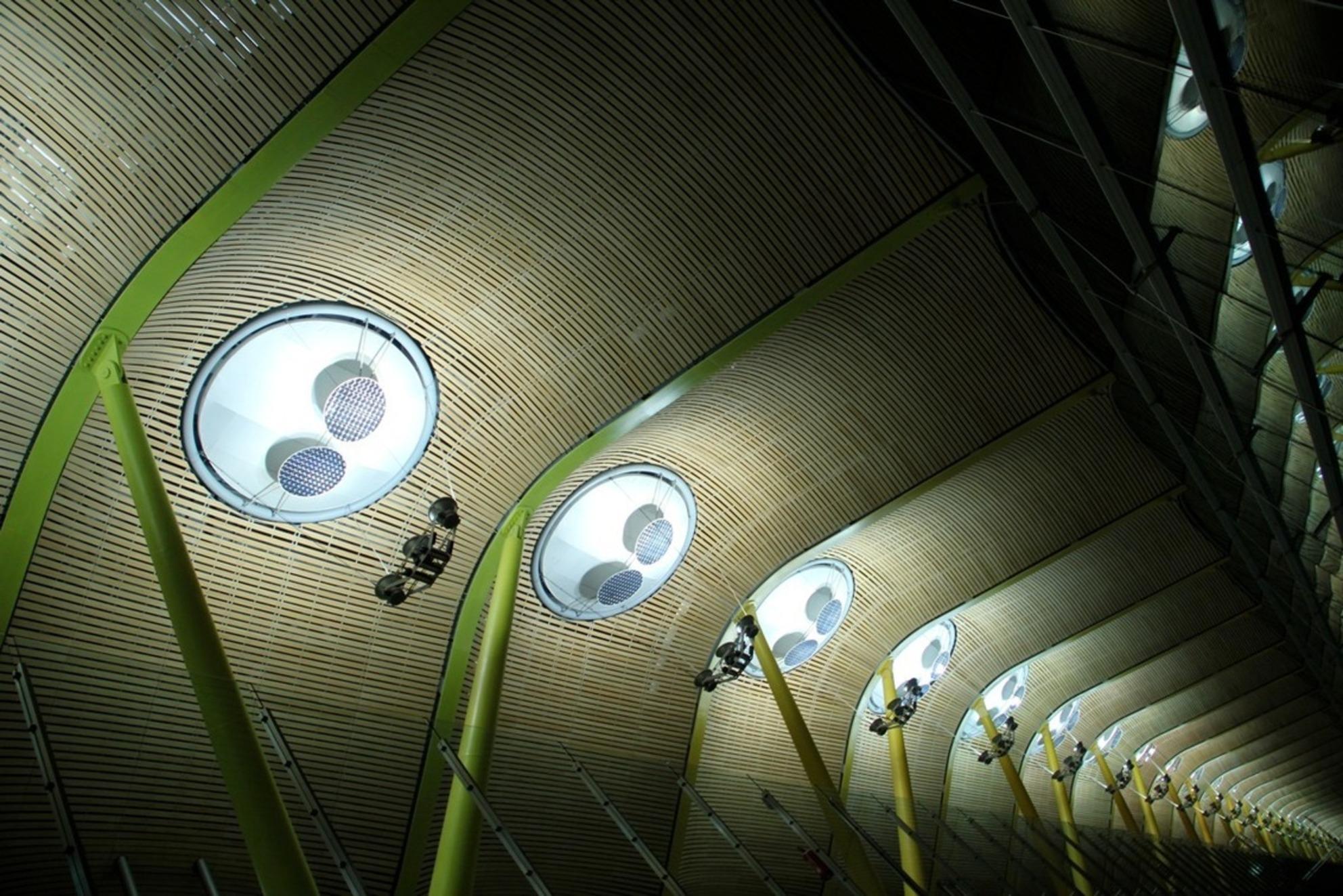 Vliegveld Madrid - Het dak van de centrale hal van het vliegveld in Madrid. De pilaren verlopen over een lengte van honderden meters van kleur. - foto door arjanx op 20-11-2011 - deze foto bevat: roze, blauw, tilburg, suikerspin, kermis, neon - Deze foto mag gebruikt worden in een Zoom.nl publicatie