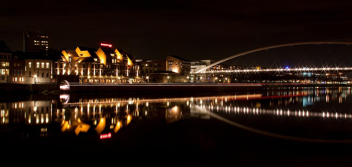Avond in Maastricht2 - Foto gemaakt gisteren avond aan de Maas in Maastricht. Water was stil, wat uitzonderlijk is voor de Maas waardoor reflecties goed zichtbaar zijn. Tev - foto door jp-pictures op 10-11-2012 - deze foto bevat: boot, maastricht, maas, reflecties