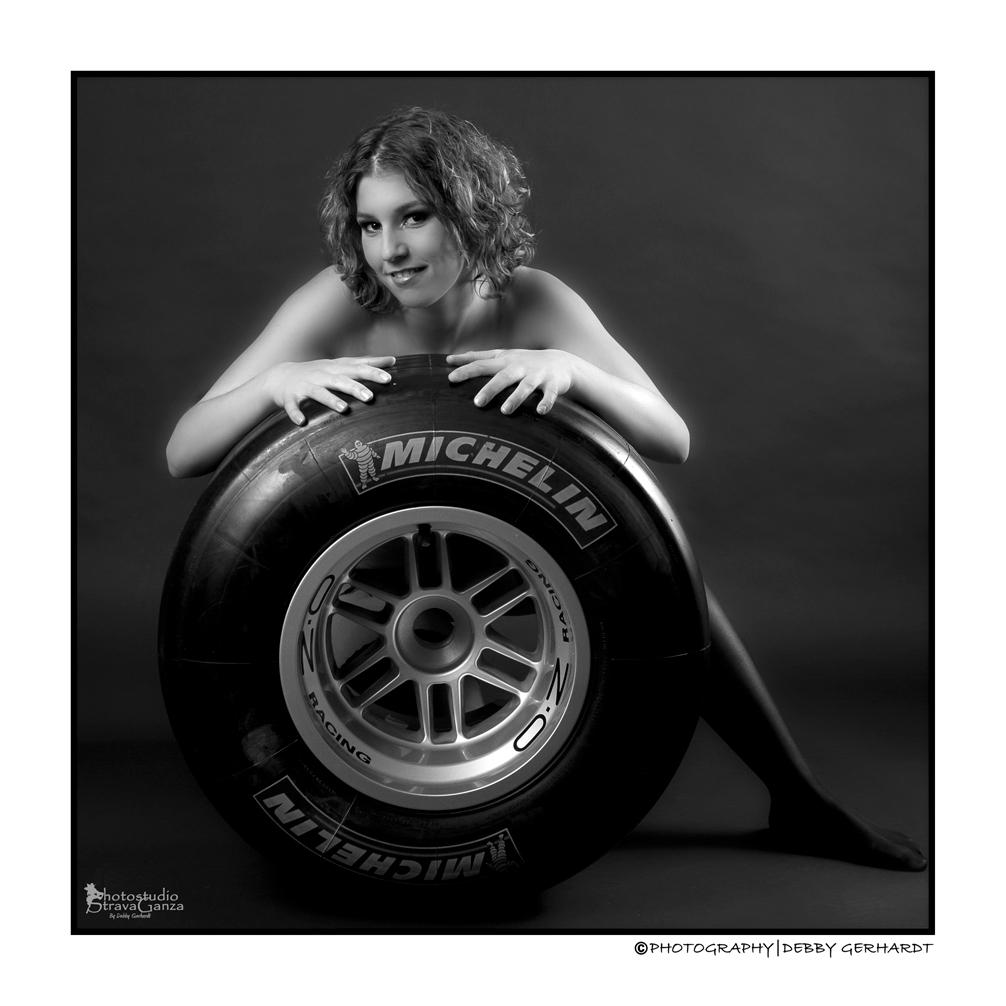 Wendy - De juiste Formule.... - foto door debbyvroon op 30-12-2012 - deze foto bevat: vrouw, wiel, model, auto, erotiek, meisje, naakt, formule1, wendy, huid, zwart wit