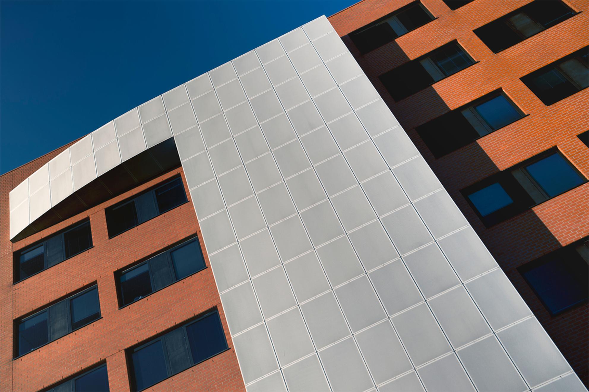 Wit begint - omdat men vond dat zwart vaker won bij het schaken :-) - foto door corvee1r op 08-03-2021 - deze foto bevat: lucht, abstract, lijnen, architectuur, gebouw, perspectief, groningen, modern, corvee1r
