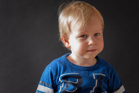 Zijn we klaar? - Mooie blik gevangen bij dit leuke manneke - foto door sparetime op 03-09-2020 - deze foto bevat: portret, daglicht, kind, ogen, jongen, studio, blond, closeup