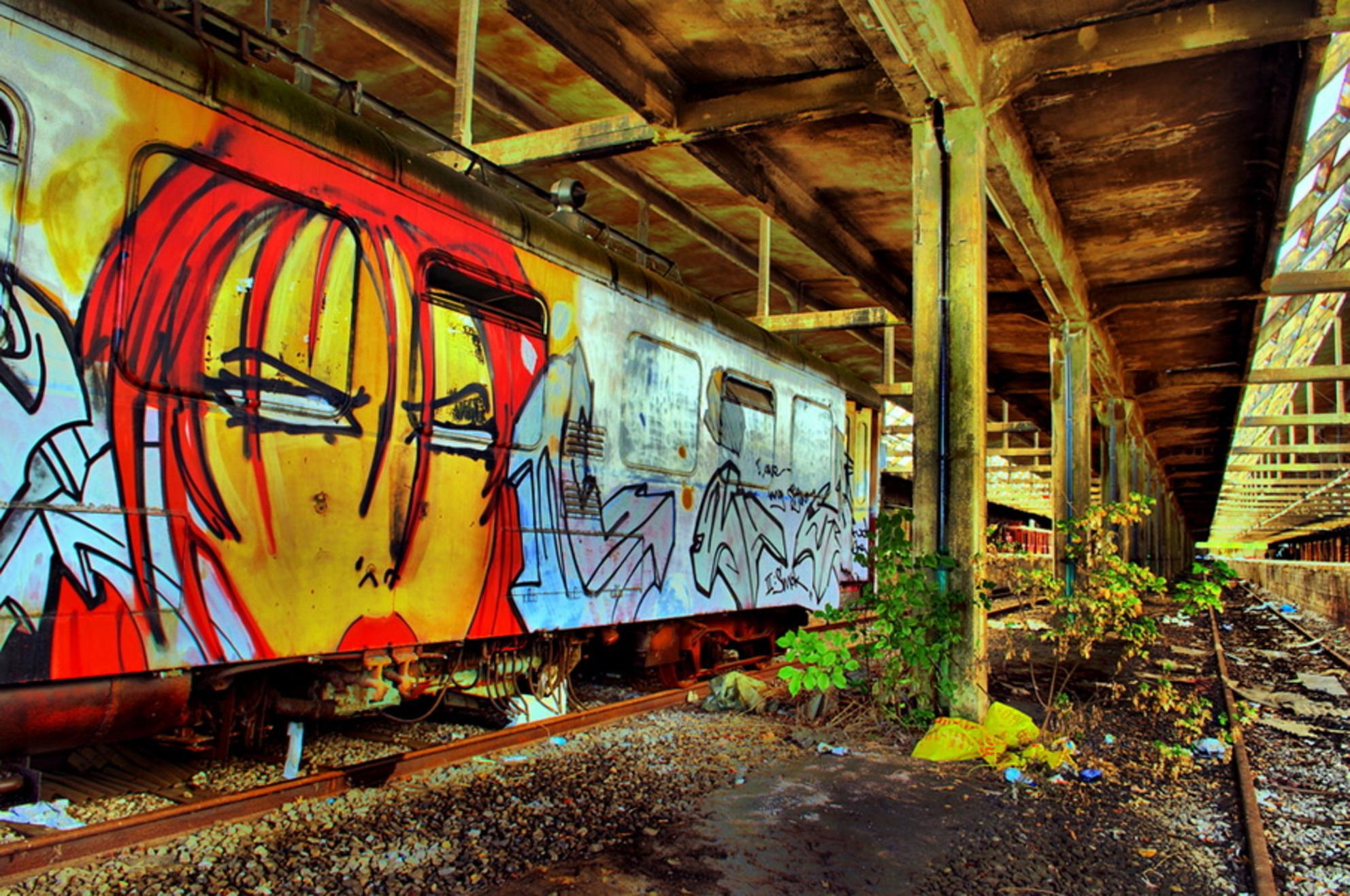 HDR Stationnetje - Samen met twee vrienden naar een vervallen Belgisch stationnetje geweest. Tot onze verrassing stond het nog vol vervallen wagons. - foto door akjvervoort op 26-10-2009 - deze foto bevat: station, belgie, vervallen, hdr, urbex, akjvervoort