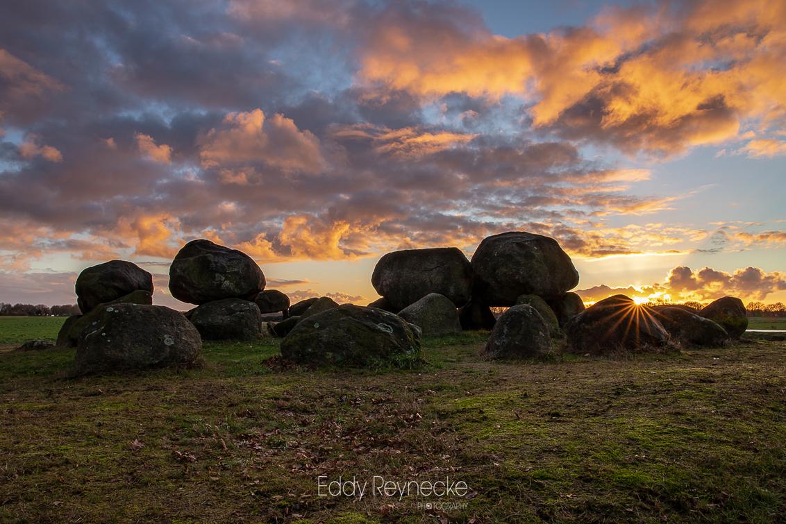 HUNEBED D15 - Zonsondergang bij Hunebed D15 (Loon-Drenthe) - foto door eddy-reynecke op 28-02-2019 - deze foto bevat: lucht, wolken, natuur, licht, avond, zonsondergang, landschap, drenthe, tegenlicht, hunebed, lange sluitertijd