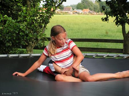 Bounce - Het zal nog wel even duren, voor we dit soort plaatjes weer kunnen schieten. :) Vind het wel een vrolijke foto voor zo'n grijze dag als vandaag. Go - foto door Emma_zoom op 26-01-2007 - deze foto bevat: kids, zomer, meisje, trampoline, sprong, stoeien, bounce