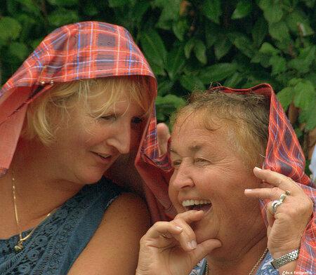 Lol. - Ondanks de regen ,reuze schik. Wat ze elkaar vertelden houden ze lekker voor hun zelf. - foto door edu-1 op 27-09-2014 - deze foto bevat: regen, straatfotografie, lol, dames, tiel, praatjes, fruitcorso