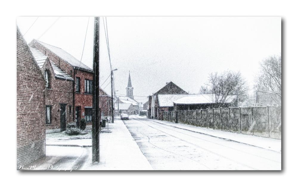 Sneeuw in onze straat!! - hallo...  nog eentje van de sneeuw van vorig jaar...deze foto is gemaakt vooraan aan ons huisje, kijkend naar de kerk van Nieuwrode...  iedereen  - foto door smeagol op 28-02-2011 - deze foto bevat: straat, sneeuw, winter, kerk, smeagol