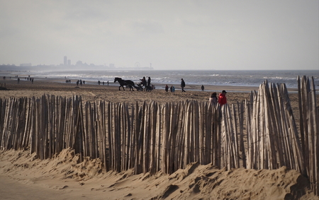 Het Zicht... - Naar Scheveningen toe ,hier  vanaf het Katwijks strand , Gisteren een leuke fotoshoot met Darky Melissa en Hans - foto door pietsnoeier op 21-12-2020 - deze foto bevat: wolken, strand, zee, water, natuur, paard, duinen, tegenlicht, scheveningen, zand, kust, katwijk, fotoshoot, darky