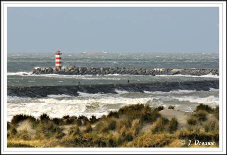 Noorder pier IJmuiden. - Jammer genoeg sloegen geen golven stuk op de kop van de pier. - foto door janv2 op 04-11-2013 - deze foto bevat: vuurtoren, haven, pier, schip, horizon, golfbreker, ijmuiden, noorder pier