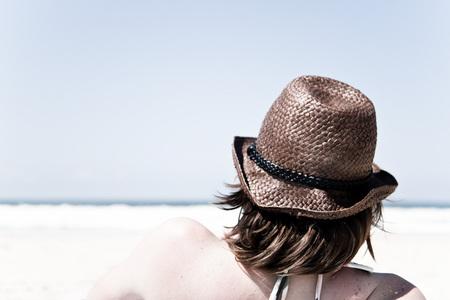 Even helemaal niets - Starend naar de zee komen mensen vaak tot rust. Een goed moment om na te denken over de mooie momenten die nog voor je liggen. - foto door haikodejong op 05-10-2010 - deze foto bevat: zee, hoed