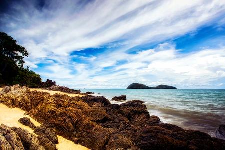 Palm Cove - Uitzicht op de oceaan vanuit het dorpje Palm Cove, ten noorden van Cairns - foto door JelleH op 28-03-2016 - deze foto bevat: lucht, wolken, zon, uitzicht, strand, zee, water, panorama, natuur, licht, herfst, avond, vakantie, landschap, duinen, bos, bomen, storm, zand, pier, luchten, kust, stenen, australie, beweging, nd, lange sluitertijd, palm cove