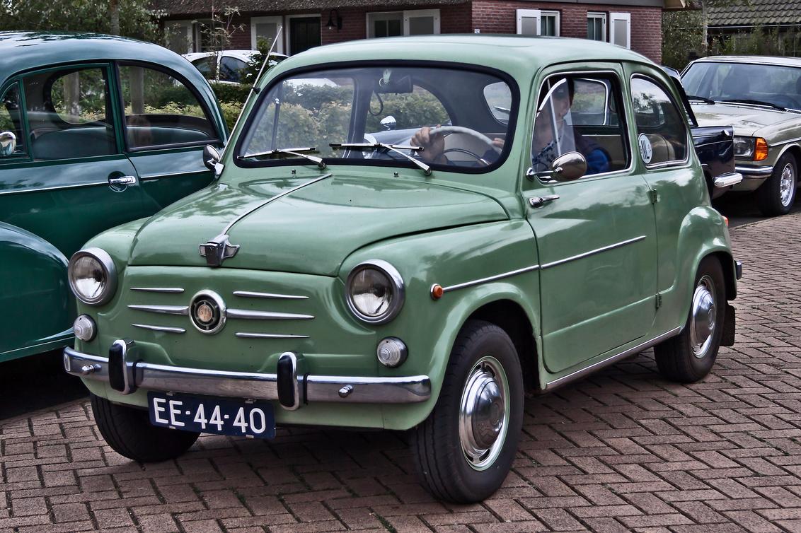 FIAT 600D 1964 (3338) - 1964 FIAT Tipo 100 1a Serie (1960-1964) Modella 600D Berlina  [url]https://www.flickr.com/photos/photiste/50996396623/in/photolist-2cLoKJi-Cx4ASv-s - foto door clay op 25-03-2021 - deze foto bevat: auto, oldtimer, straatfotografie, fiat, evenement, 1964, fiat 600d, clay, vintage transport, italiaanse oldtimer, appelscha - nederland, suicide doors