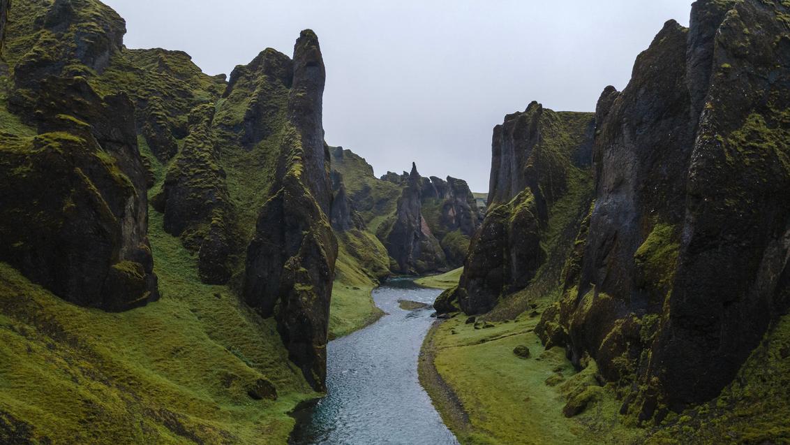 Fjaðrárgljúfur Canyon, IJsland - Fjaðrárgljúfur Canyon, IJsland - foto door B-M-Brouwer op 25-11-2020 - deze foto bevat: natuur, landschap, bergen