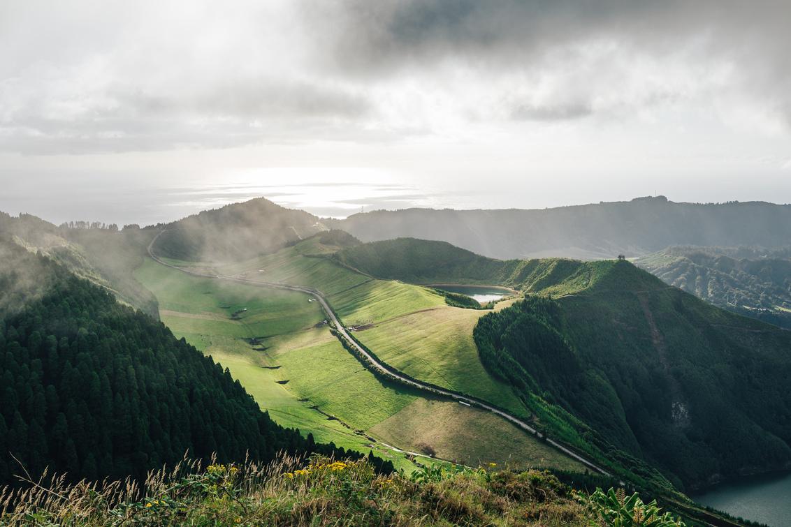 Lichtgroen. - Prachtig uitzicht op Sete Cidades.  https://www.facebook.com/ShotByCanipel/ https://www.instagram.com/canipel/ - foto door canipel op 23-02-2021 - deze foto bevat: groen, lucht, wolken, zon, uitzicht, water, natuur, licht, vakantie, landschap, bos, bergen, meer, wandelen, reisfotografie, azoren, Sete Cidades