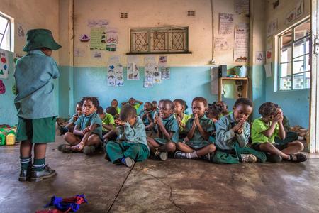 Say a little prayer - Deze Afrikaanse kinderen starten hun dag dagelijks met een gebed. Ik maakte deze foto in de Chinotimba Pre-school waar ik vrijwilligerswerk deed in  - foto door kimpaffen op 17-01-2018 - deze foto bevat: mensen, kleur, portret, reizen, liefde, kinderen, meisje, jongen, lief, emotie, afrika, cultuur, straatfotografie, bidden, school, geloof, reisfotografie, onderwijs, klaslokaal, Vrijwilligerswerk