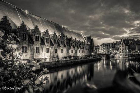 Vleeshuis - Gent - - - foto door renewolf_zoom op 25-03-2017 - deze foto bevat: water, avond, architectuur, vintage, bewerking, zwartwit, nostalgie, sfeer, sepia, belgie, gent, hdr, europa, tonemapping