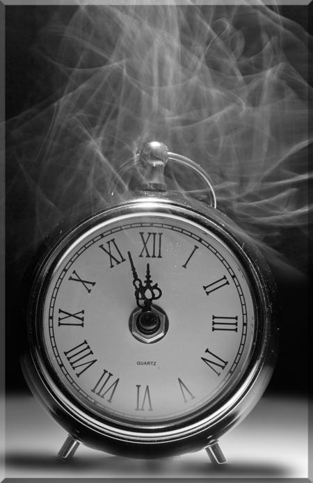 """""""tik tak"""" - time is ticking away..... - foto door hillegonda op 09-06-2012 - deze foto bevat: tijd, rook, klok, zwart wit"""