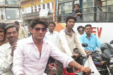 Met bus of brommer in India