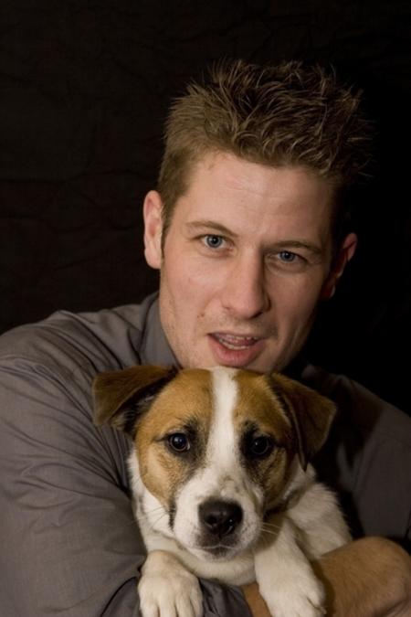 Man met Hond - Tijdens een feestje rond kerst heb ik wat foto's gemaakt van gasten, waaronder deze twee... - foto door Eize op 02-01-2009 - deze foto bevat: hond