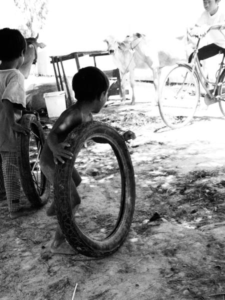 Minimal play - Kinderen in Cambodja, aan het spelen met een stel oude, versleten, rubberen banden. Het materiaal weerhield de kindjes niet om de grootste lol te mak - foto door Letta op 02-06-2009 - deze foto bevat: spelen, reizen, kinderen, cambodja