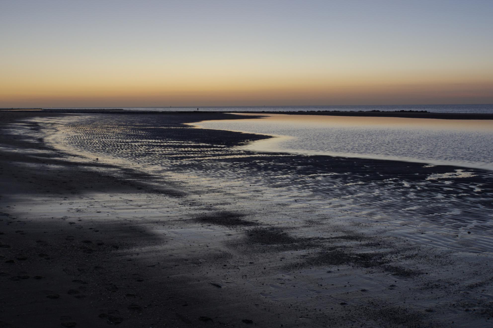 rust - daar wordt je rustig van - foto door gledder400 op 28-02-2021 - deze foto bevat: zon, strand, zee, water, avond, zonsondergang, landschap, zand, lange sluitertijd - Deze foto mag gebruikt worden in een Zoom.nl publicatie