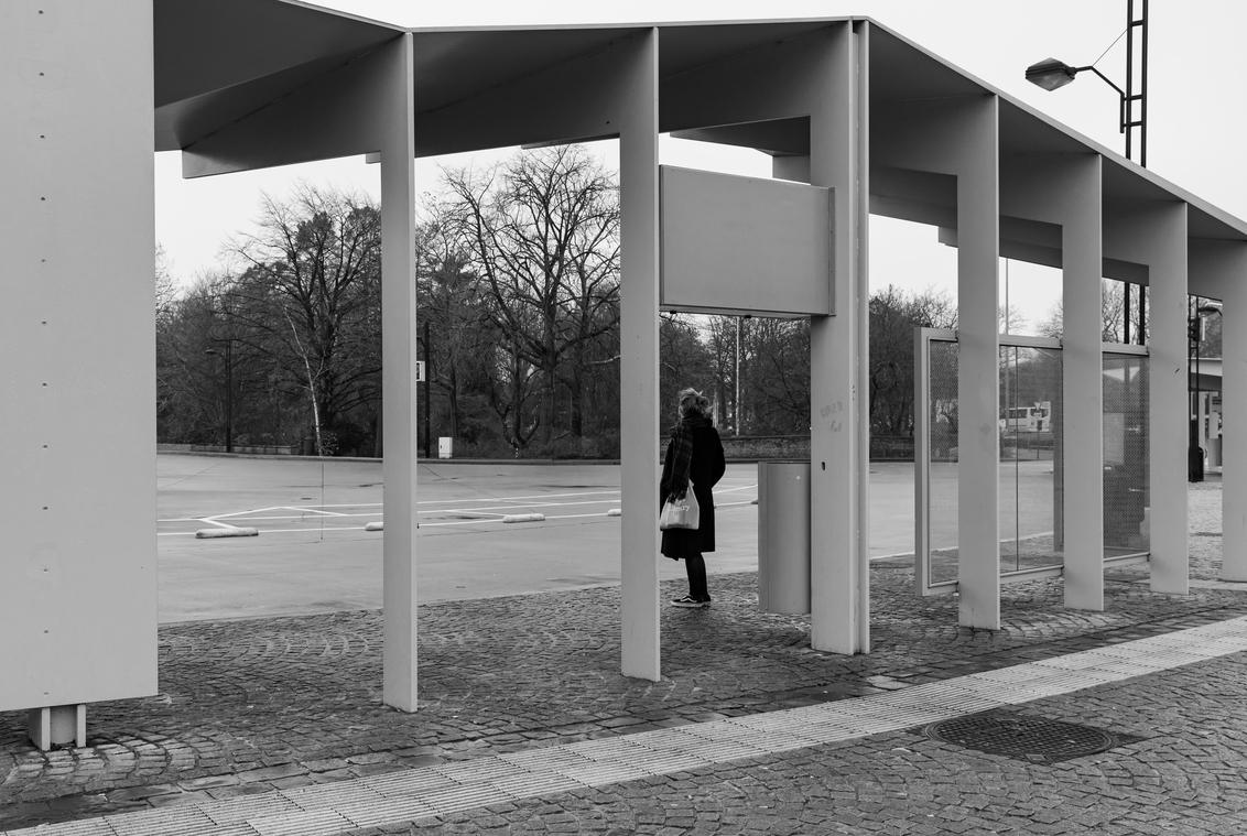 corona, wachten op de bus - in het anders zo drukke brugge, aan het station, wachten op de bus, ...corona - foto door lianedeprost op 12-12-2020 - deze foto bevat: wachten, straatfotografie, eenzaamheid, bushalte, corona