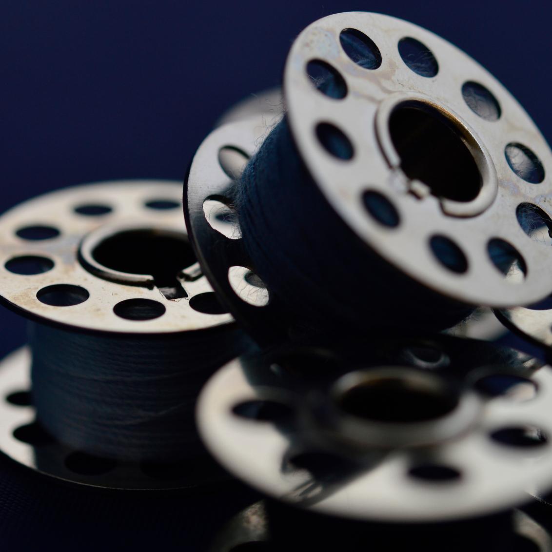 Naald en draad - compositie naaimachinespoeltjes - foto door Canard op 28-02-2016 - deze foto bevat: macro