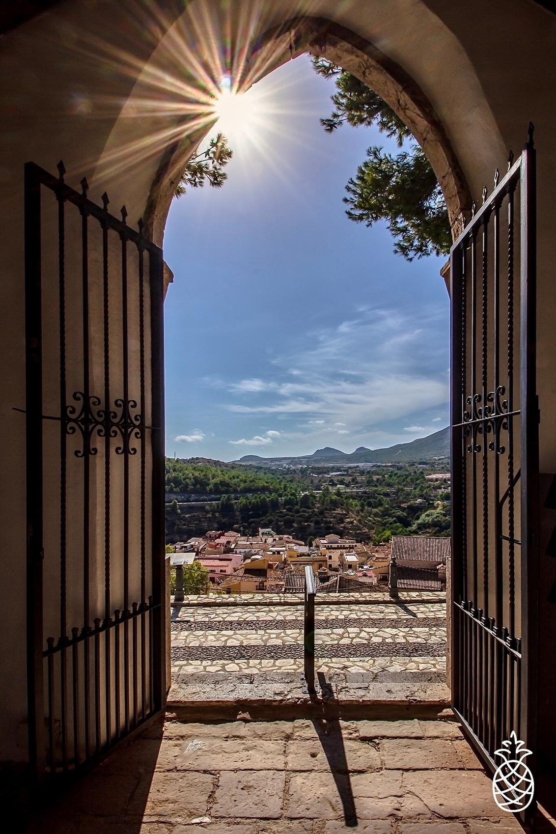 Open Gate... - Polop, Een prachtig Spaans dorpje, met fotogenieke plekjes. Dit uitzicht is van een oud kerkhof boven op een berg in het dorpje... - foto door HenkPijnappels op 13-10-2020 - deze foto bevat: lucht, wolken, zon, natuur, licht, landschap, tegenlicht, kerk, bergen, spanje, kleurrijk