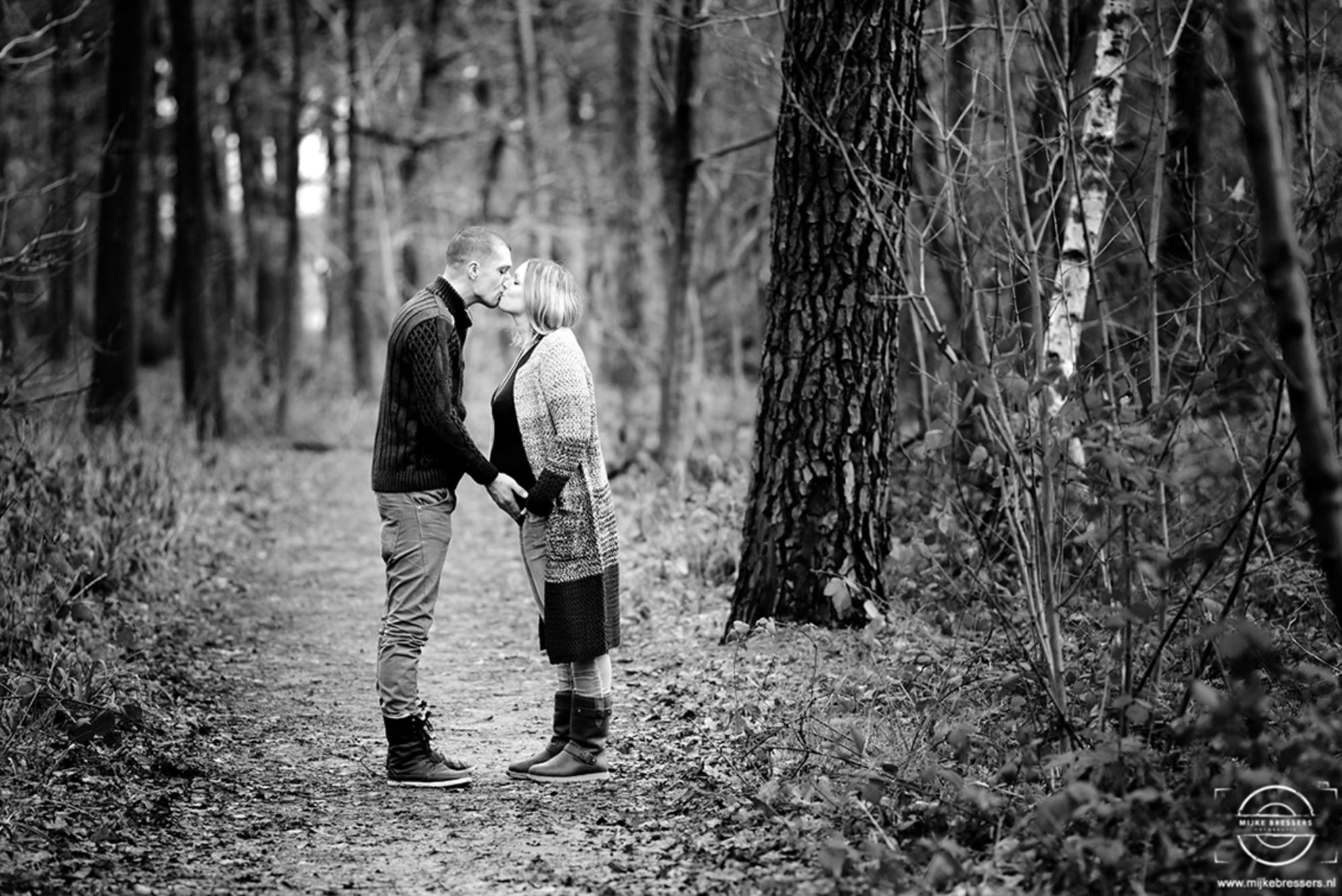Zwangerschap - Ook in januari is het mogelijk om buiten mooie foto's te maken in het bos :) - foto door MijkeBressers op 13-01-2016 - deze foto bevat: mensen, portret, liefde, daglicht, zwartwit, zwanger, fotoshoot, 180mm - Deze foto mag gebruikt worden in een Zoom.nl publicatie
