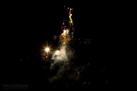 out of space? - vuurwerk foto. best wel een beetje spacy vinden jullie niet? een heel mooi nieuwjaar gewenst. groet, Gerda - foto door close.to.yoU.fotografie op 01-01-2018 - deze foto bevat: nieuwjaar, vuurwerk, nacht, space, 2018